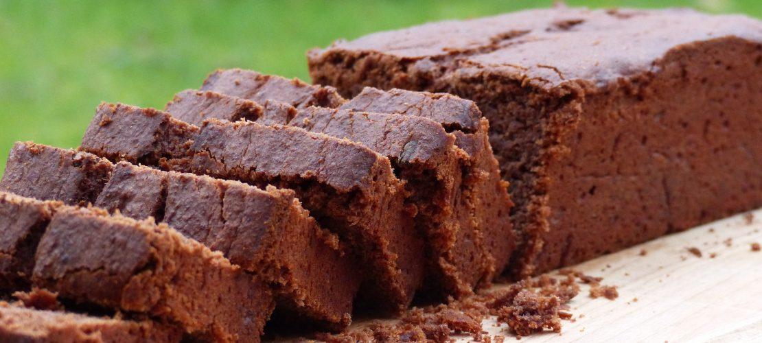 Kinderleichtes Rezept für einen super saftigen veganen Schokoladen-Bananen-Kuchen mit wenig Zucker. Der Kuchen ist so einfach, dass er mit Garantie immer gelingt!