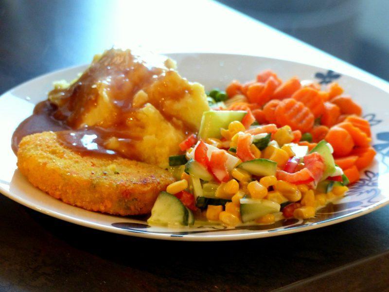Rezept Tipp: Kartoffelpüree, Gemüse, Salat und eine Fleischalternative