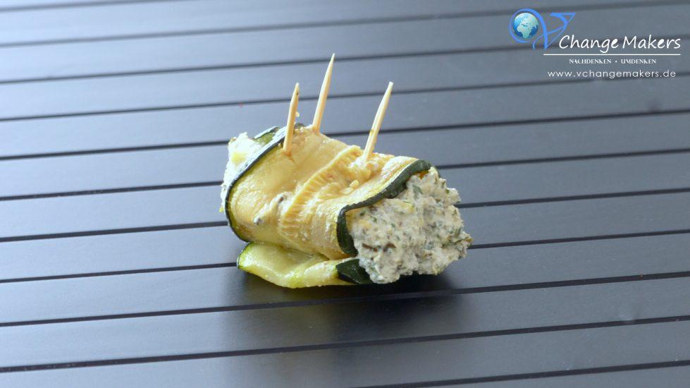 Rezept für vegan gefüllte Zucchinirollen. Die Füllung besteht aus einer grandiosen Kräutercreme, die mit Knoblauch, Käse und frischen Kräutern verfeinert wird.