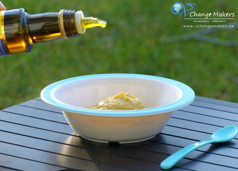4 gesunde Rezept Ideen mit Leinöl mit DHA & EPA. Ich zeige dir, wie einfach du deine Rezepte mit Leinöl aufpeppen kannst. Eine gesunde Ergänzung in deiner Ernährung um dich geistig und körperlich fit zu halten. Müsli, Smoothie und ein veganes Beikost Rezept!