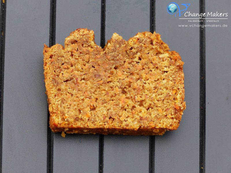 """Ein einfaches Rezept für einen ganz saftigen veganen Möhrenkuchen mit wenig Zucker. Der Küchen enthält """"nur"""" 70 Gramm Zucker."""
