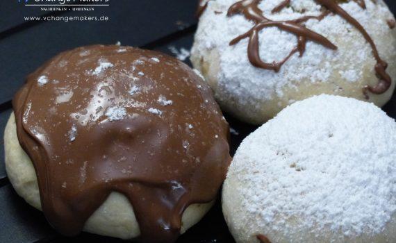 Ein einfaches Rezept für vegane Berliner/Krapfen, die im Ofen zubereitet werden - mit wenig Zucker! Fluffig und lecker! Karneval kann kommen!