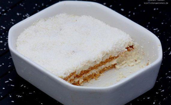 Rezept für ein mehrschichtigen Kokostraum mit Butterkeksen. Ein veganes Träumchen was jedes Naschkatzenherz höher schlagen lässt. Für Kokosfans ein Muss!