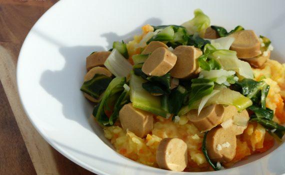 Ein einfaches und günstiges Rezept mit Mangold. Die Basis ist ein Kartoffel-Möhrenmus. Verfeinert wird der Mangold mit Zwiebeln und Knoblauch. Dazu passen wunderbar Würstchen. Natürlich ist das Rezept vegan.