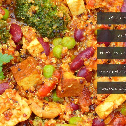 Rezept für eine würzige und nährstoffreiche Quinoa Pfanne mit Räuchertofu. Reich an Eisen, Magnesium, Kalium, Kalzium, essentiellen Aminosäuren und mehrfach gesättigten Fettsäuren. Natürlich vegan und schnell zubereitet. wie alle Rezepte auf www.vchangemakers.de
