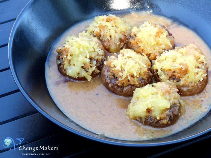 Tolles Rezept für vegane BBQ Champignons gefüllt mit Hack und Käse überbacken! Eine vegane Fleischalternative von Moodley Manor sowie veganer Käseersatz von BioVeg!