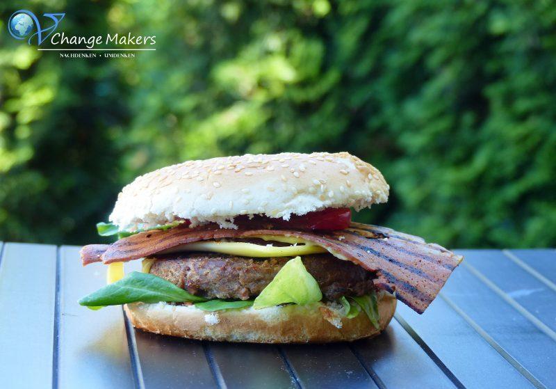 Rezept für leckere vegane Bacon Burger mit den Badass Strips von Moodley Manor! Knackige vegane Bacon Streifen, die jeden Burger aufpeppen!
