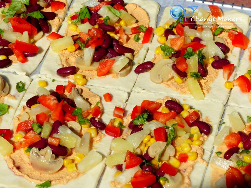 [Anzeige/PR Sample] Einfaches veganes Rezept für gefüllte Pizzateigtaschen. Ideales veganes Fingerfood für Geburtstage, Partys und andere Feste. Schnell gemacht, günstig und äußerst lecker. Mit dem veganen Käse von BioVeg werden die Pizzateigtaschen zum Gaumenschmaus!