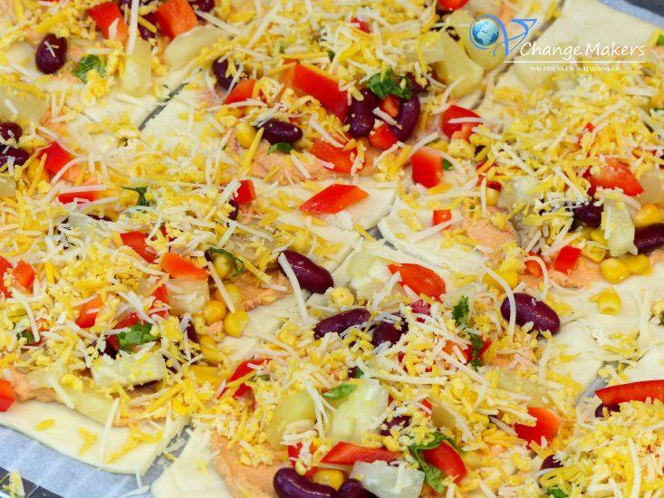 Einfaches veganes Rezept für gefüllte Pizzateigtaschen. Ideales veganes Fingerfood für Geburtstage, Partys und andere Feste. Schnell gemacht, günstig und äußerst lecker. Mit dem veganen Käse von BioVeg werden die Pizzateigtaschen zum Gaumenschmaus!