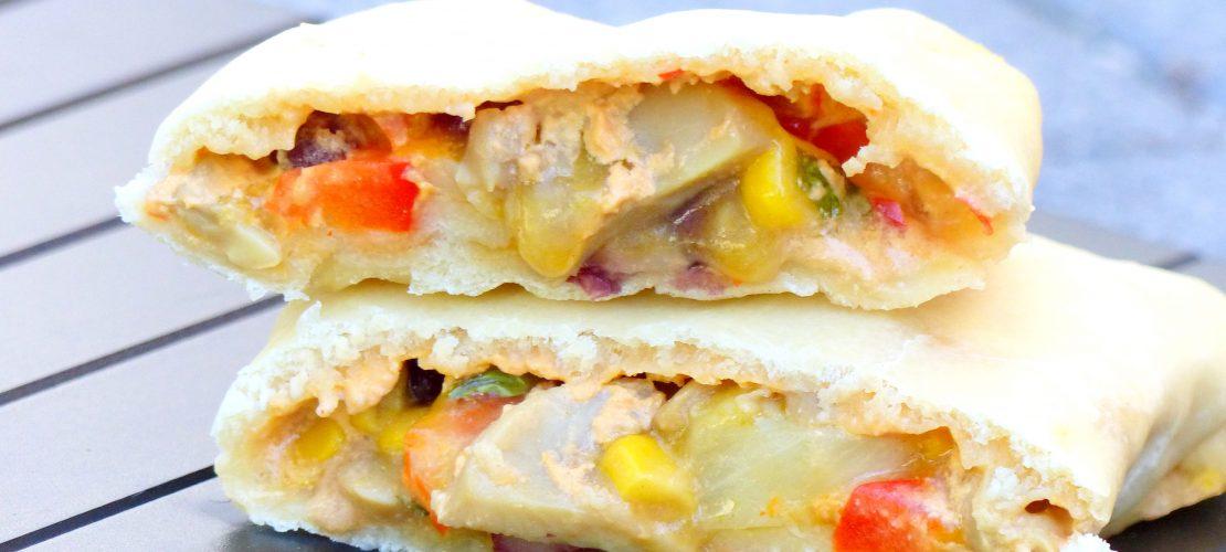 [Anzeige/PR Sample]Einfaches veganes Rezept für gefüllte Pizzateigtaschen. Ideales veganes Fingerfood für Geburtstage, Partys und andere Feste. Schnell gemacht, günstig und äußerst lecker. Mit dem veganen Käse von BioVeg werden die Pizzateigtaschen zum Gaumenschmaus!