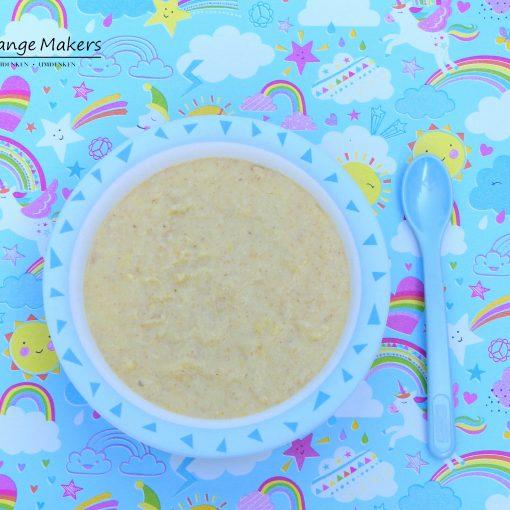 Ein leichtes veganes Babybrei Rezept: Warmer Grießbrei mit Obst zum Frühstück oder Abendessen. Angereichert mit Nussmus und Leinöl mit DHA und EPA Quellen