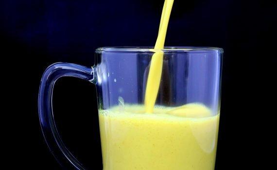 Einfaches Rezept für Goldene Milch, bestehend aus Kurkuma, Ingwer und wertvollen Gewürzen OHNE ZUCKER. Flüssiges würziges Gold für dein Immunsystem.