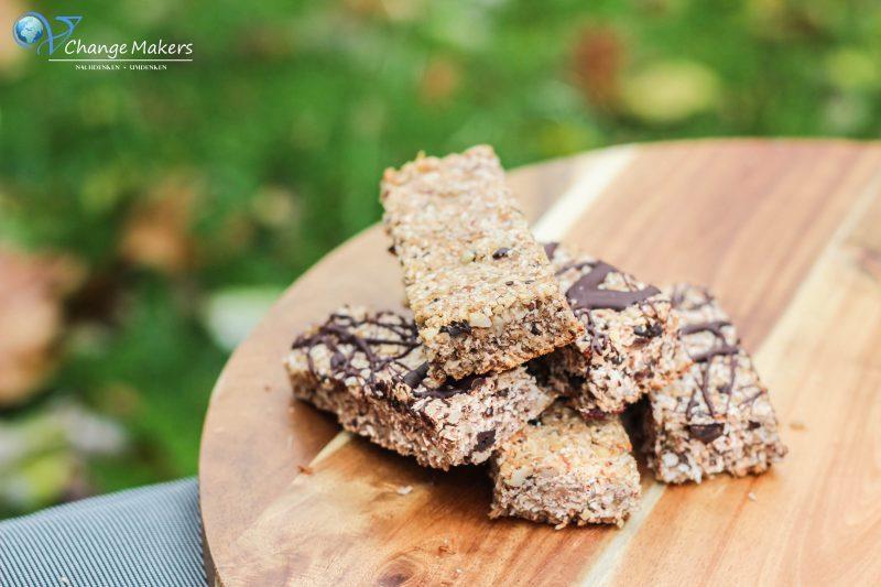 Rezept für gesunde vegane DIY Müsliriegel, die mehrere Tage haltbar sind, sich zum Mitnehmen eignen und in nur 20 Minuten fertig sind! Sättigender Snack!