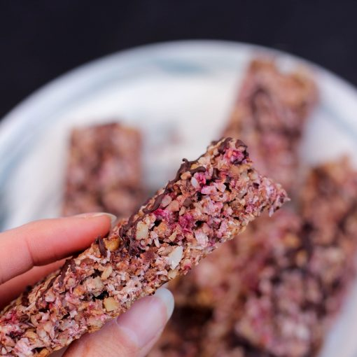 Rezept für gesunde vegane DIY Himbeer Müsliriegel in nur 20 Minuten. Ein gesunder Snack für unterwegs, für die Arbeit oder als Nascherei für zuhause!