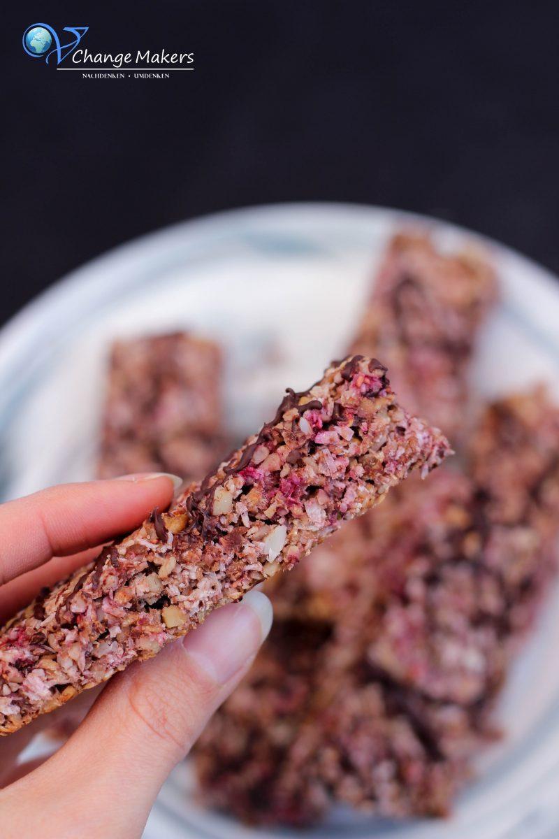 Rezept: DIY Himbeer Müsliriegel mit Kokos und Nüssen in 20 Minuten