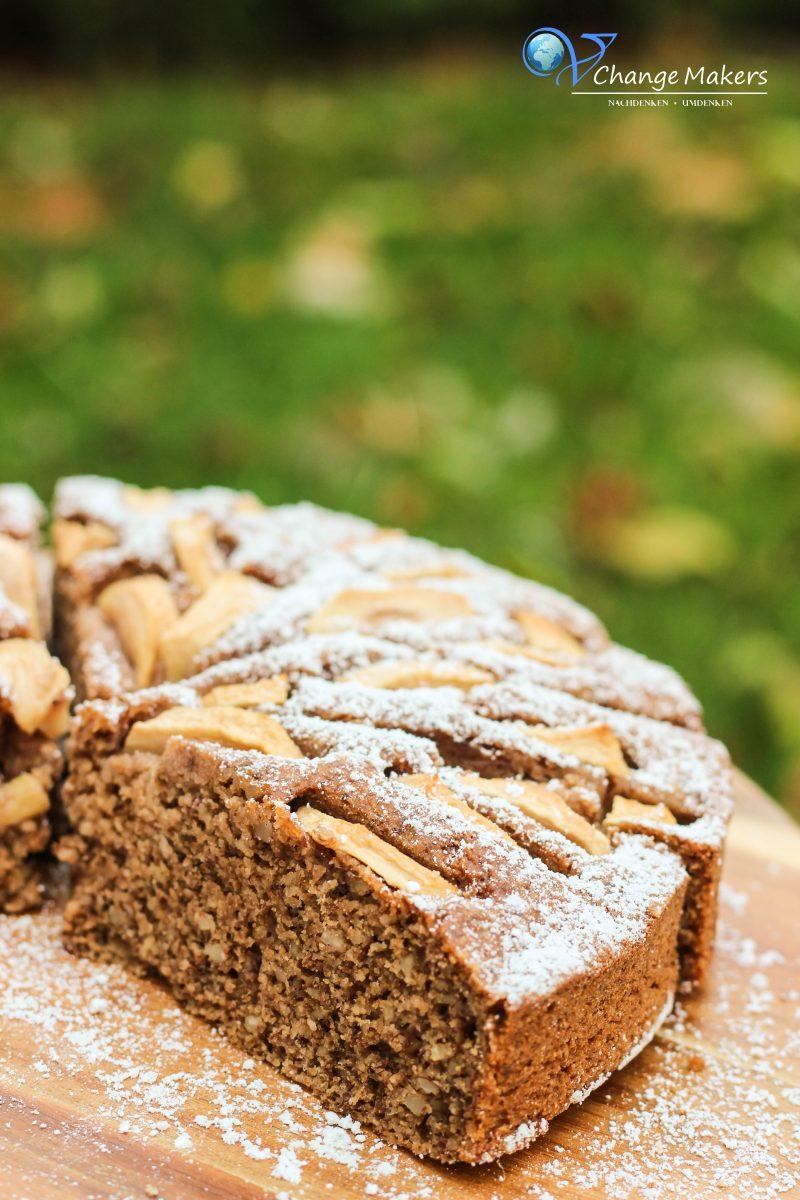 Rezept für einen einfachen veganen Mandel Grieß Apfelkuchen mit wenig Zucker! Schnell und einfach zubereitet und dafür enorm lecker! Wenig Zucker und Mehl!