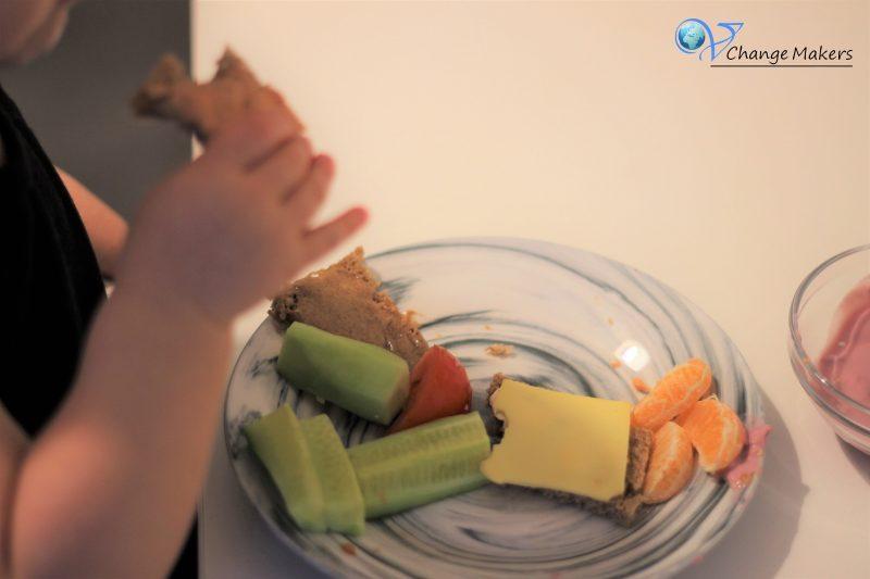 Vegane Frühstücksinspiration für Kinder. Ein bunter und gesunder Frühstücksteller, der sättigt und nährstoffreich ist. Für einen gesunden Start in den Tag!