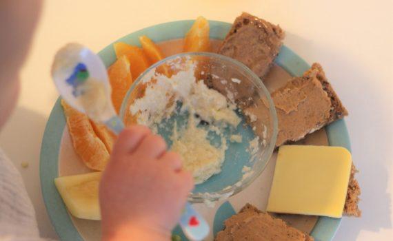 Vegane Frühstücksinspiration für Kinder! Ein gesunder Teller mit viel Vitamin C und Eisen. Vegane Kinderernährung leicht gemacht!