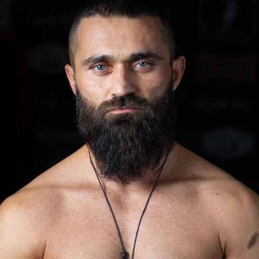 Der vegane Profiboxer Ünsal Arik steht selbstbewusst zu seiner veganen Ernärhungsweise und inspirert mit seiner Einstellung und Sichtweise unvegane Männer.