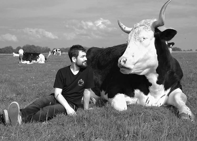 Felix berichtet ausführlich, wie Jan Gerdes von Hof Butenland und seine Worte dafür sorgten, dass er vegan wurde und wie wichtig es generell ist sich bewusst zu machen, dass es kein Tierprodukt ohne Leid gibt