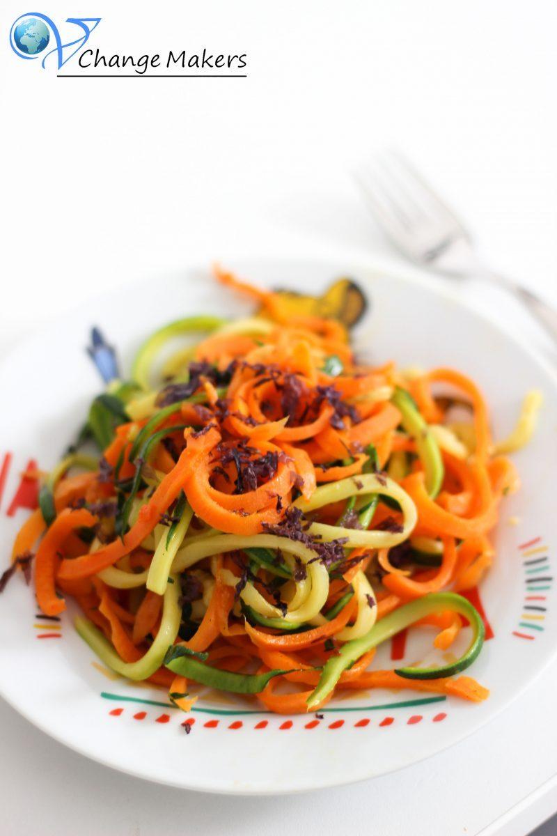 Gesundes Sommerrezept für (vegane) Kinder. Gemüsespaghetti aus Zucchini und Möhren. Reich an Kalium, Kalzium, Carotin, Vitamin A, C und E.