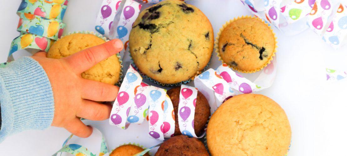 Zuckerarme fluffige vegane Muffins. Aus dem Basis Teig lassen sich viele verschieden Muffins Variationen zaubern. Ideal für Kinder!