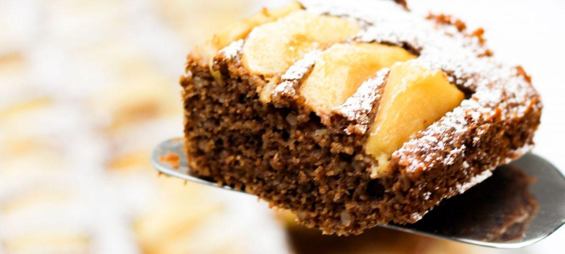 Veganes Blechkuchen Rezept für einen grandiosen Mandel-Grieß-Apfelkuchen, der ganz saftig ist und mit wenig Zucker auskommt. Ideal für Geburtstage und Feste