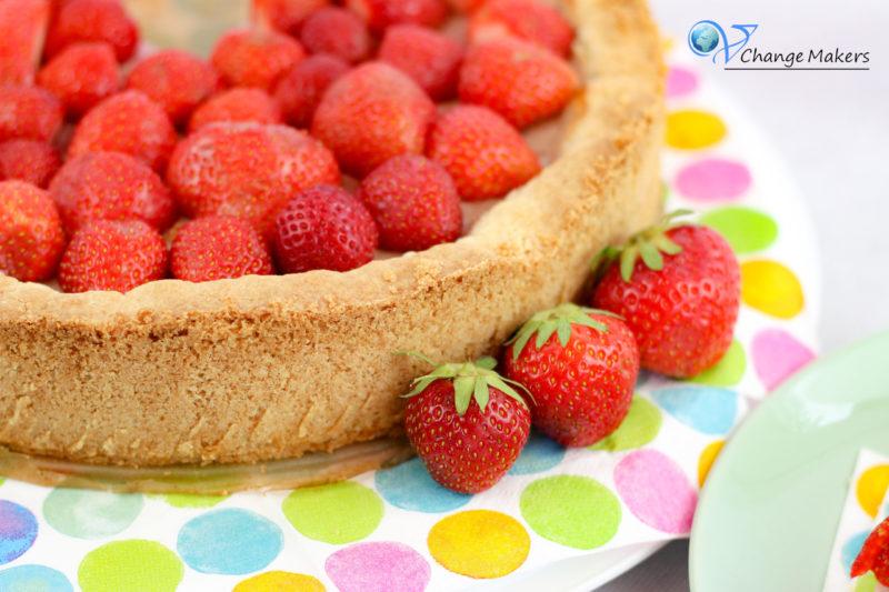 Einfaches veganes Rezept für einen Erdbeer Käsekuchen! Schmeckerwöhlerchen hoch 10! Keine Margarine in der Füllung, so sparst du noch Kalorien. Ultralecker!