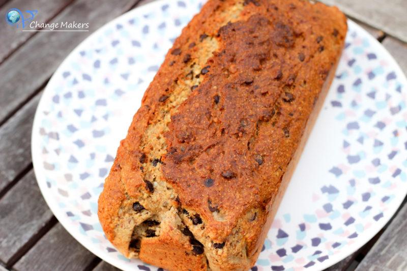 Ein einfaches Rezept für einen veganen Bananen Grieß Kuchen mit Schokostückchen. Super saftig, ohne Unmengen von Zucker und so lecker.